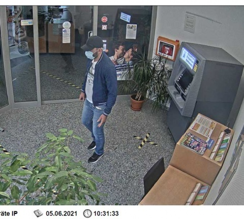 Polizei Altenkirchen fahndet nach unbekanntem Dieb und EC-Karten Betrüger