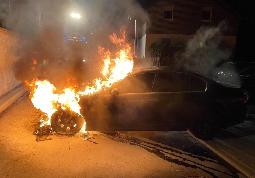 Pkw in Daaden stand in der Nacht in Flammen