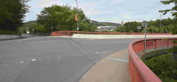 Bislang gingen Wissener Unternehmen davon aus, dass sie die Alserberg-Brücke (rechts) und dann die Holschbacher Straße Richtung Morsbacher Straße während der Bauzeit der Altstadt-Brücke für ihre LKW-Transporte nutzen könnten. (Foto: Archiv AK-Kurier/tt)