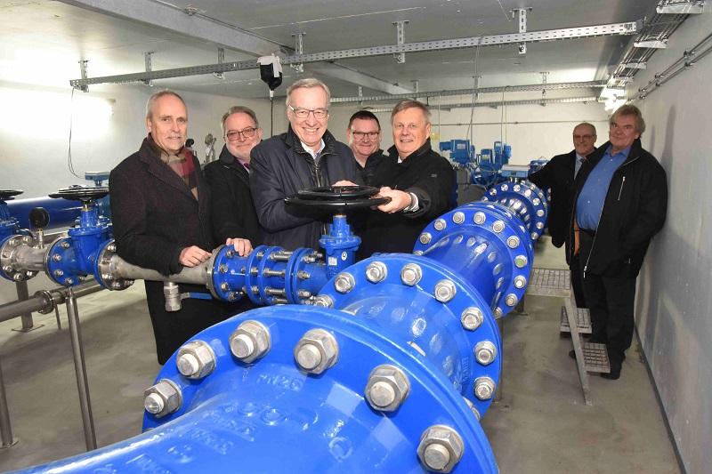 Offiziell wird die Leitungsdoppelung in Betrieb genommen (von links): Prof. Dr. Lothar Scheuer, Michael Wagener, Dr. Thomas Griese, Stefan Herschbach und Dr. Ulrich Kleemann. Foto: (tt)