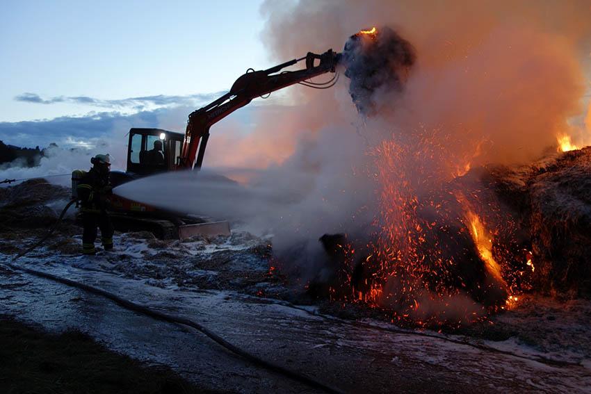 Über 130 Rundballen Stroh brannten lichterloh