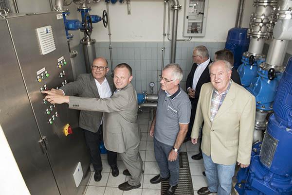 Bendorfs Bürgermeister Michael Kessler und Neuwieds Bürgermeister Jan Einig (l.) drückten den Startknopf für die Wasserlieferung. Foto: pr