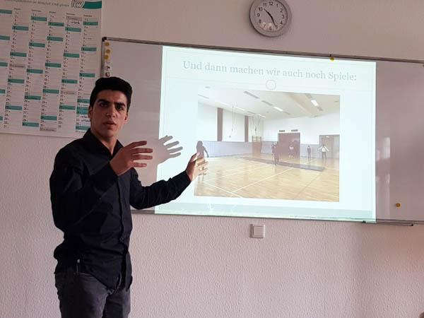 IdA-Teilnehmer Mouaiad Alhaj Ahmad Alkriz erläutert die Relevanz sportlicher Betätigung. Foto: FAW