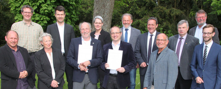 Landrat Achim Schwickert (hinten, 3. von rechts) händigte die Ehrennadel des Landes Rheinland-Pfalz an Hans-Jörg Sievers und Mario Siry (vorne, 3. u. 4. von links) aus. (Pressestelle der Kreisverwaltung )