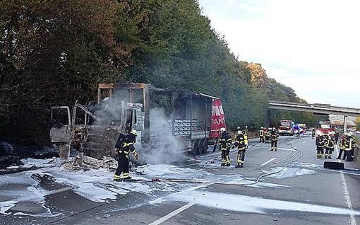 LKW-Brand auf der BAB 48: Zugmaschine komplett ausgebrannt