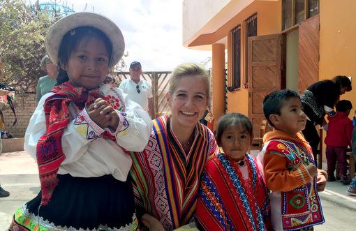 """Jessina Kunkel, die Tochter von Stiftungsgründer Reiner Meutsch, mit Kindern in Cusco. (Foto: Stiftung """"Fly & Help"""")"""