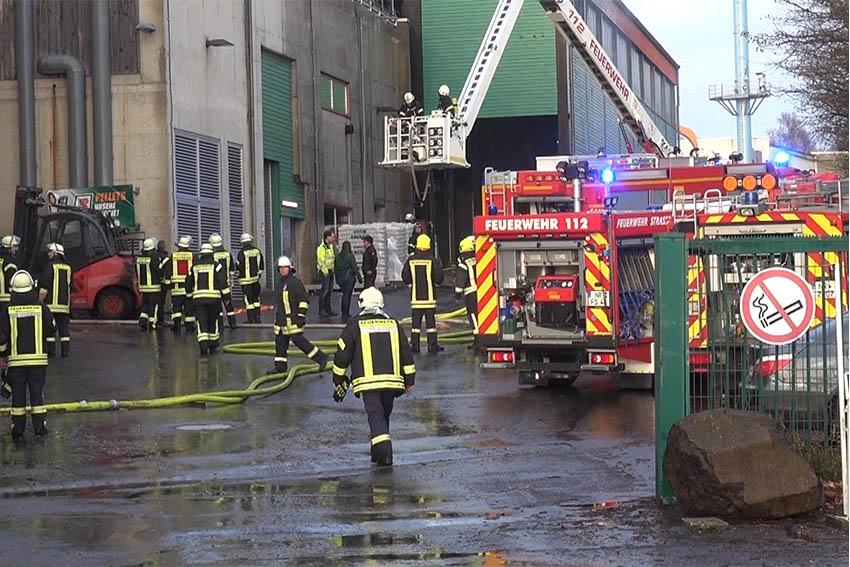 Ein Großaufgebot von Feuerwehrkräften bekämpfte den Brand. Foto: RS Media