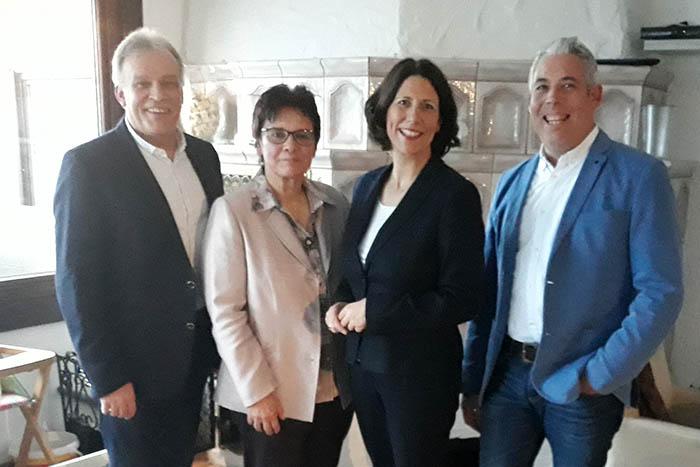 Von rechts: Obermeister Ralf Winn,  Staatsekretärin Daniela Schmitt, Hauptgeschäftsführerin Elisabeth Schubert, Präsident der Handwerkskammer Koblenz Kurt Krautscheid. Foto: pr