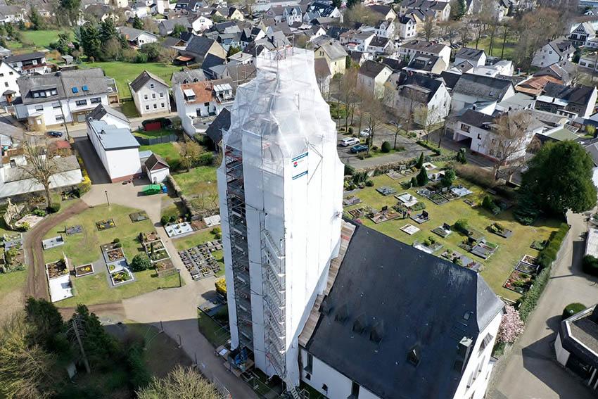 Kirchturm: Im Herbst lüftet sich der Schleier