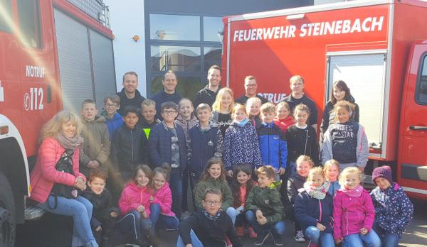 """Zum Abschluss ihrer Unterrichtseinheit """"Die Feuerwehr"""" besuchten die Drittklässler der Astrid-Lindgren-Grundschule Gebhardshain die Freiwillige Feuerwehr in Steinebach. (Foto: privat)"""