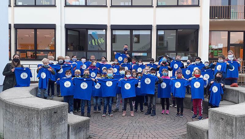 Erstklässler der Marienschule erhalten Schul-T-Shirts