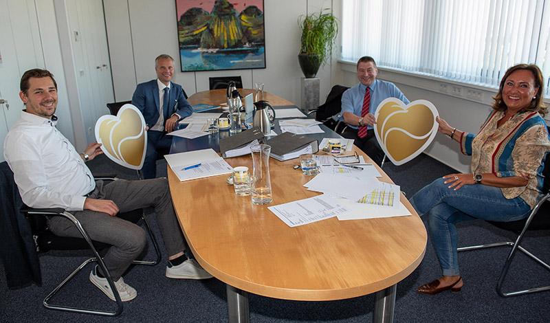Von links: Sponsoringkoordinator Max Vohl, die Notare Dr. Hubert Kögler und Dr. Marc Bohr sowie Geschäftsfeldleiterin Andrea Haupt freuen sich, dass die Coronahilfe der SWN die Vereine in ihrer schwierigen Lage unterstützt. Foto: SWN
