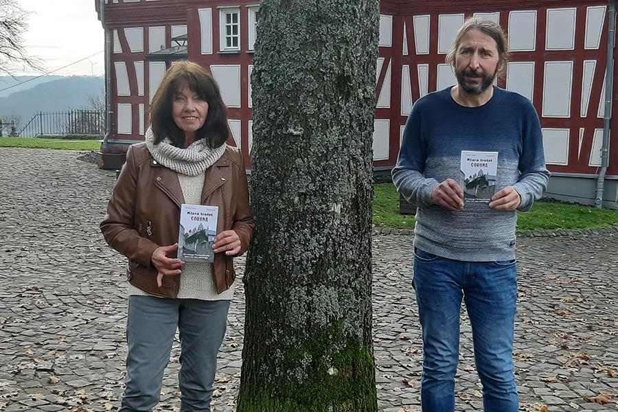 Die Autoren Christiane Fuckert und Christoph Kloft mit ihrem Buch. Fotos: privat