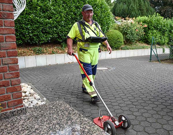 Rolf Franke läuft täglich rund 20 Kilometer und spürt mit dem Teppichsucher kleinste Gaslecks auf. Foto: SWN