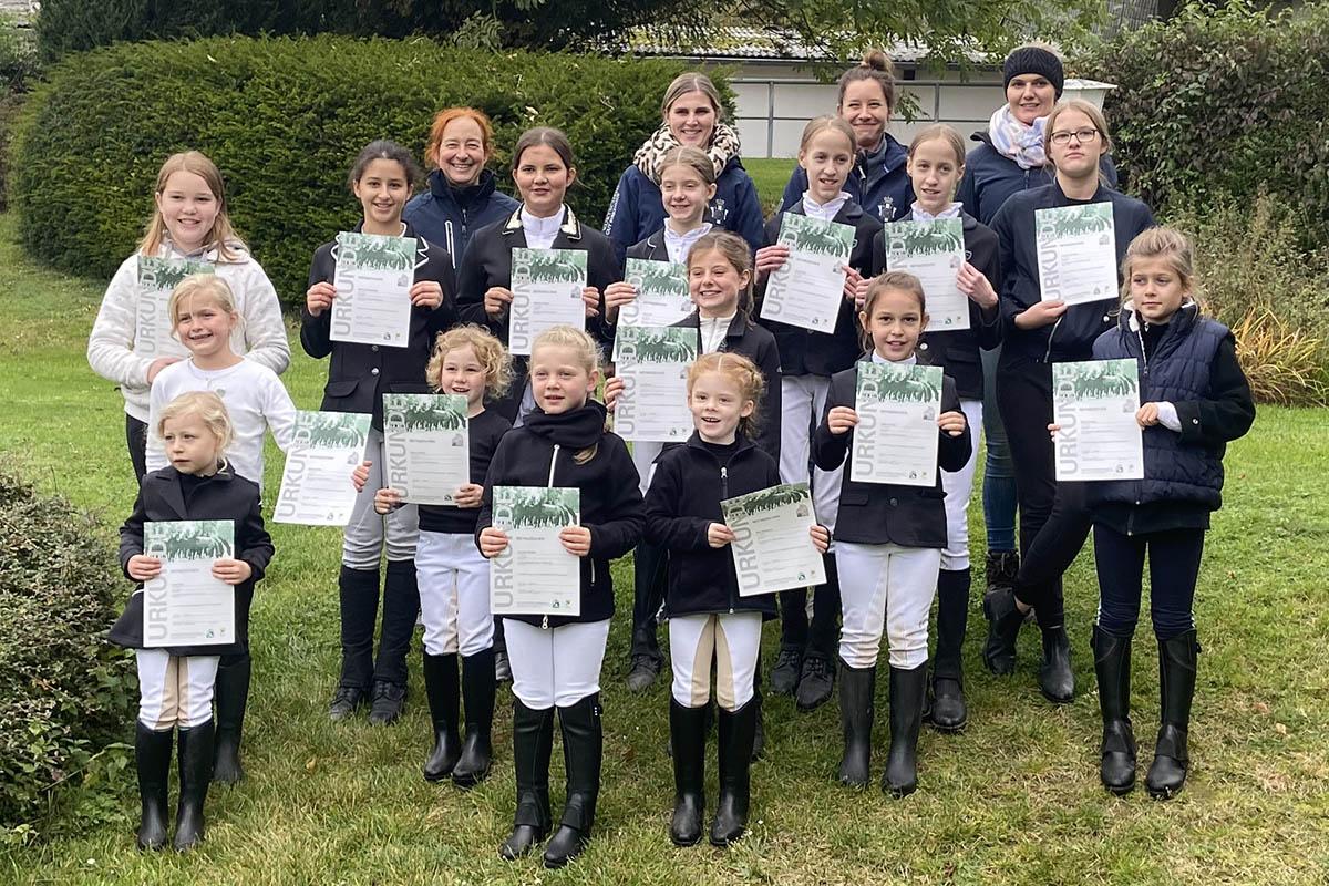 29 Mitglieder vom RV Kurtscheid absolvieren ihr Reitabzeichen