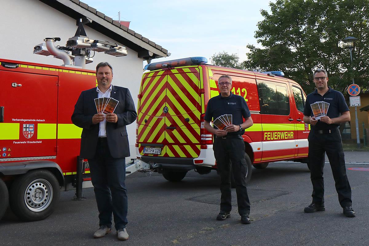 Von links: Bürgermeister Michael Christ, Wehrleiter Arnold Schücke und Pressesprecher Tim Wessel stellen den neuen Flyer vor. Foto: Feuerwehr VG Asbach