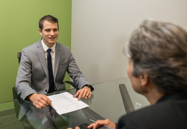 """Bildrechte: Flickr <a href=""""https://www.flickr.com/photos/141761303@N08/24835247668/"""" rel=""""nofollow"""">Young Man on a Job Interview</a> <a href=""""https://www.flickr.com/photos/141761303@N08/"""" rel=""""nofollow"""">Amtec Photos</a> CC BY-SA 2.0 <a href=""""https://creativecommons.org/licenses/by-sa/2.0/"""" rel=""""nofollow"""">Bestimmte Rechte vorbehalten</a>"""