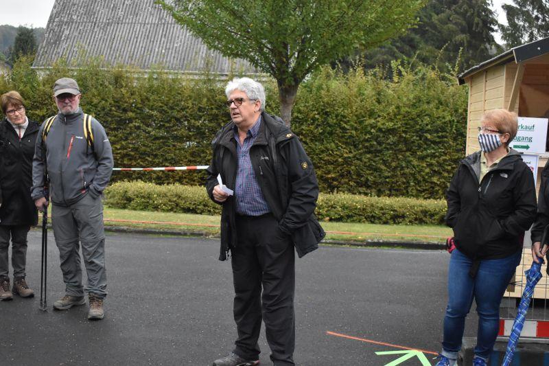 Ortsbürgermeister Peter Stamm begrüßt die Wanderer. Fotos: wear