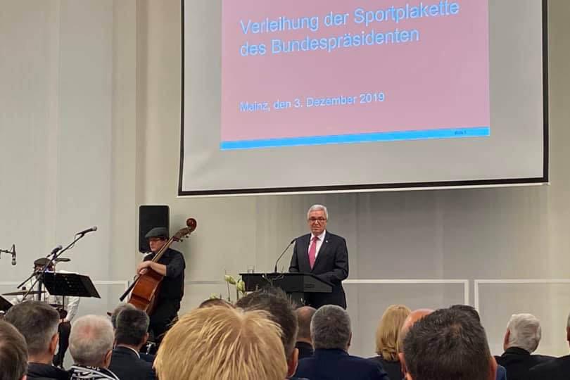 Die Überreichung der Sportplaketten durch Minister Lewentz. Fotos: pr