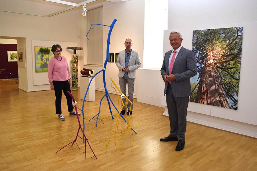 """Von links: Vorstandsmitglied Sigrid Langert, Museumsdirektor Bernd Willscheid und Landrat Achim Hallerbach in der Ausstellung """"Der Baum"""". Fotos: privat"""