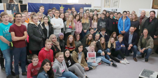 Gemeinsames Gedenken der Schülerinnen und Schüler der IGS-Betzdorf-Kirchen und der Hermann-Gmeiner-Realschule plus Daaden mit MdL Michael Wäschenbach in der Ausstellung. (Foto: Hannes Johne)