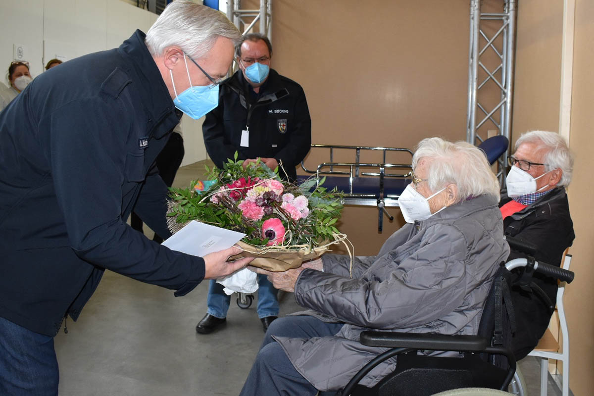 Agatha Puderbach wird am 100. Geburtstag geimpft