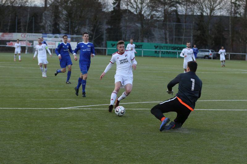 Eisbachtals Steffen Meuer (in weiß) versuchte gegen Oberligist TSV Emmelshausen mehrfach Torwart Jonas Börsch zu überwinden, doch dem Rheinlandliga-Stürmer war in Mendig kein Tor vergönnt. Foto: SF Eisbachtal