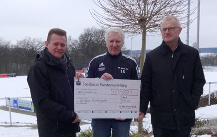 Fußballabteilungsleiter Axel Mast, Rainer Müller und Rainer Birkenbeul (von links) bei der Scheckübergabe. Foto: Verein