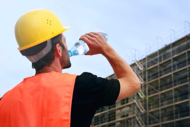 Heiße Jahreszeit: Wie sich Bauarbeiter schützen können