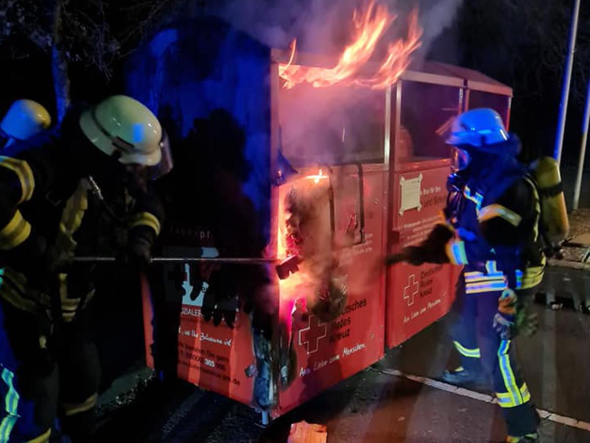 Feuerwehr muss brennende Kleidercontainer löschen