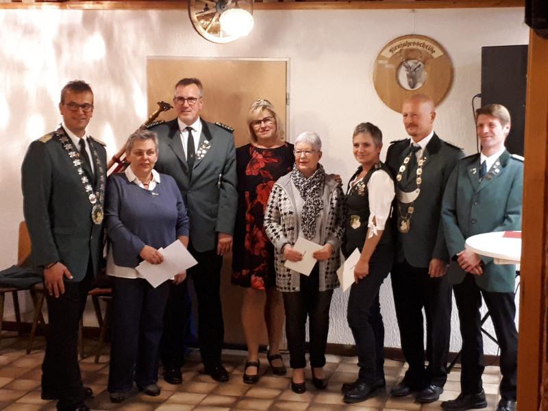 Von links: Schützenkönig Frank I; Sonja Fassel; Dirk Euteneuer; Königin Rosi; Margit Bender; Monika Böing; Schützenmeister Guido Böing; Oberleutnant Stefan Müller. Foto: Privat