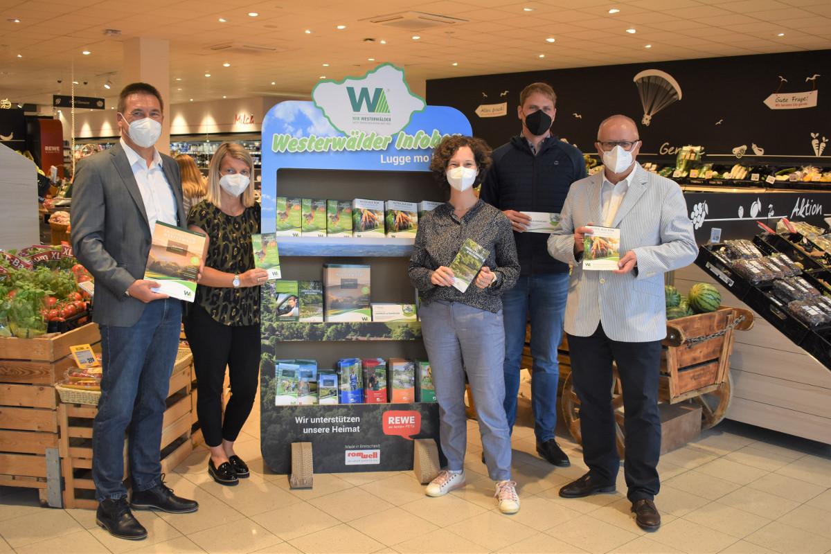 """Die """"Westerwälder Infobox"""" überzeugt nicht nur die Lokalprominenz. (Fotos: Wolfgang Rabsch)"""