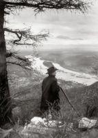August Sander: August Sander im Siebengebirge, um 1941. Foto: Die Photographische Sammlung/SK Stiftung Kultur – August Sander Archiv, Köln; VG Bild-Kunst, Bonn, 2018