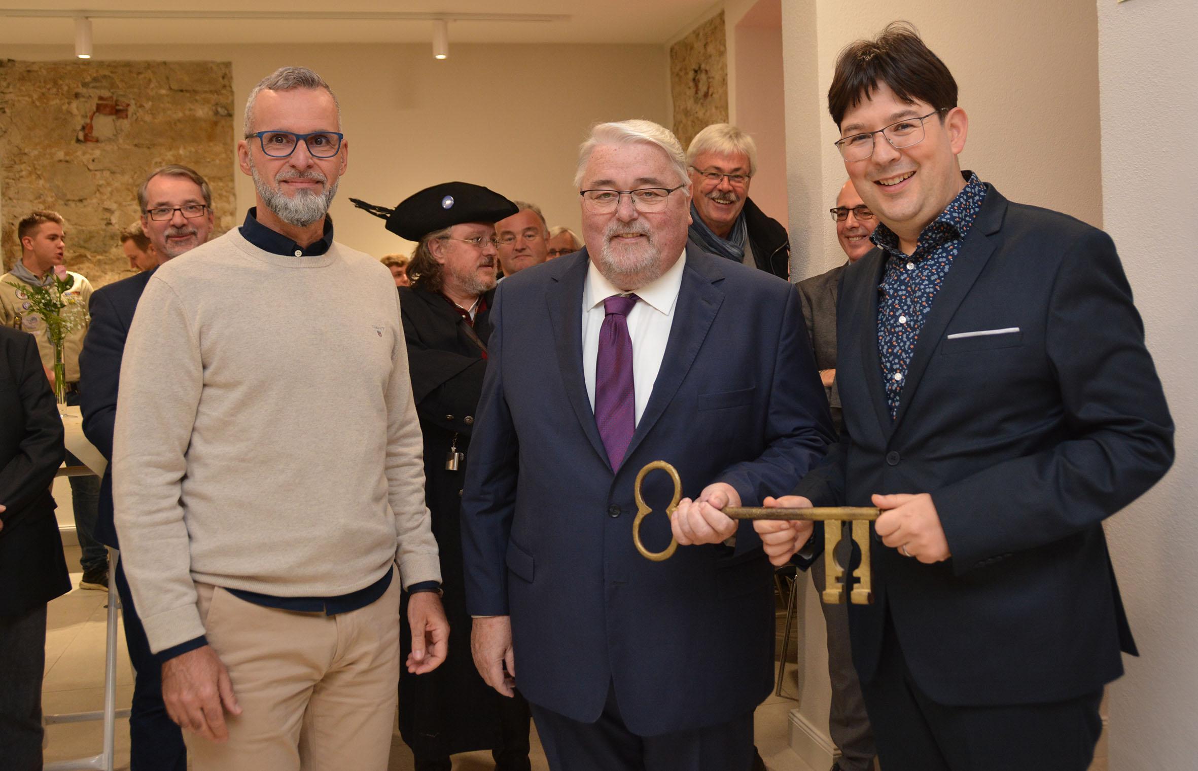 Der Neuwieder Architekt Ralph Schulte übergab dem Engerser Ortsvorsteher Dieter Neckenig und Bürgermeister Michael Mang (von links) den Schlüssel für das grundsanierte alte Rathaus. Foto: Stadt Neuwied