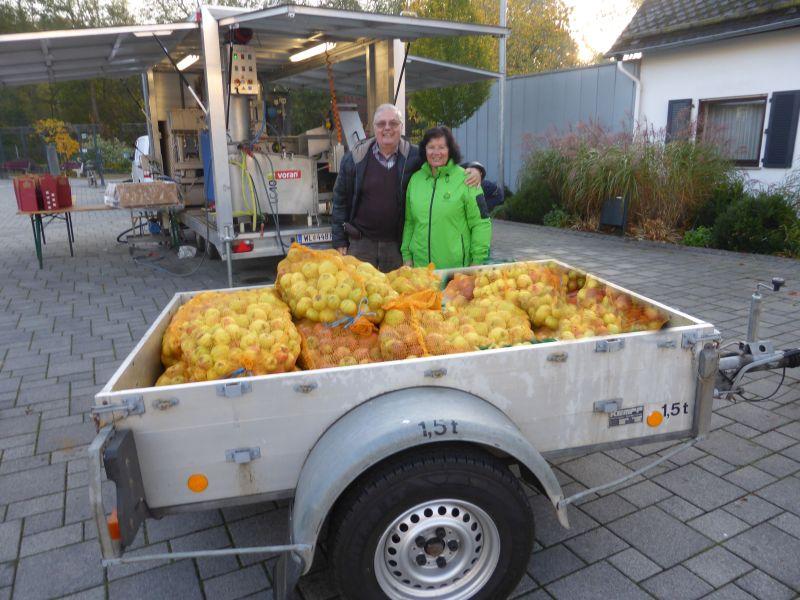 Ehepaar Wagner mit der diesjährigen Apfelernte. Fotos: privat