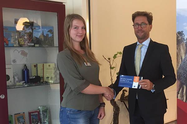 Die Auszubildende Svenja Arndt wird hier von TI-Leiter Detlef Odenkirchen herzlich begrüßt. Foto: VGV Bad Hönningen