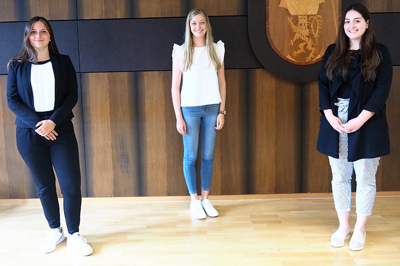 Nicole Schlegel, Mona Klaasen und Lena Dames (v.l.n.r.) haben ihre Ausbildung zur Verwaltungsfachangestellten erfolgreich abgeschlossen. Foto: Stadt Bendorf