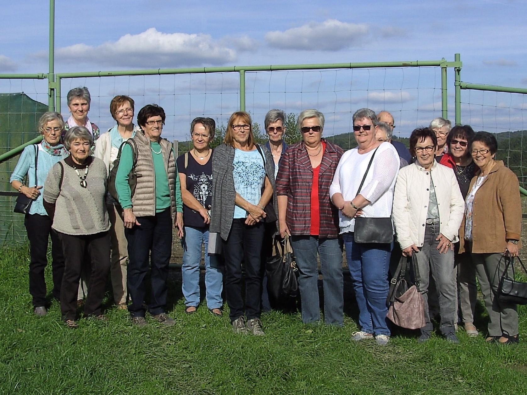 Landfrauen auf Exkursion zur Strau�enfarm