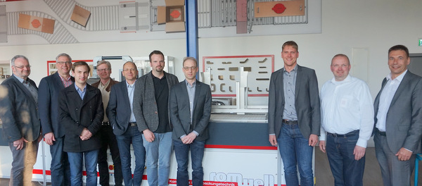 Die Lenkungsgruppe der Brancheninitiative Metall war zu Gast bei der Romwell GmbH & Co. KG in Breitscheidt. (Foto: Wirtschaftsförderung)