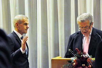 Fred Jüngerich wurde offiziell mit der Vereidigung durch den Beigeordneten Heinz Düber in das Amt eingeführt. Fotos: kkö