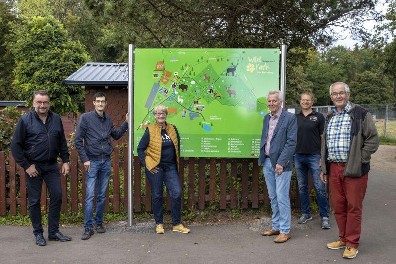 Neue Übersichtstafeln und Spenden für Waschbärenhaus im Marienberger Wildpark