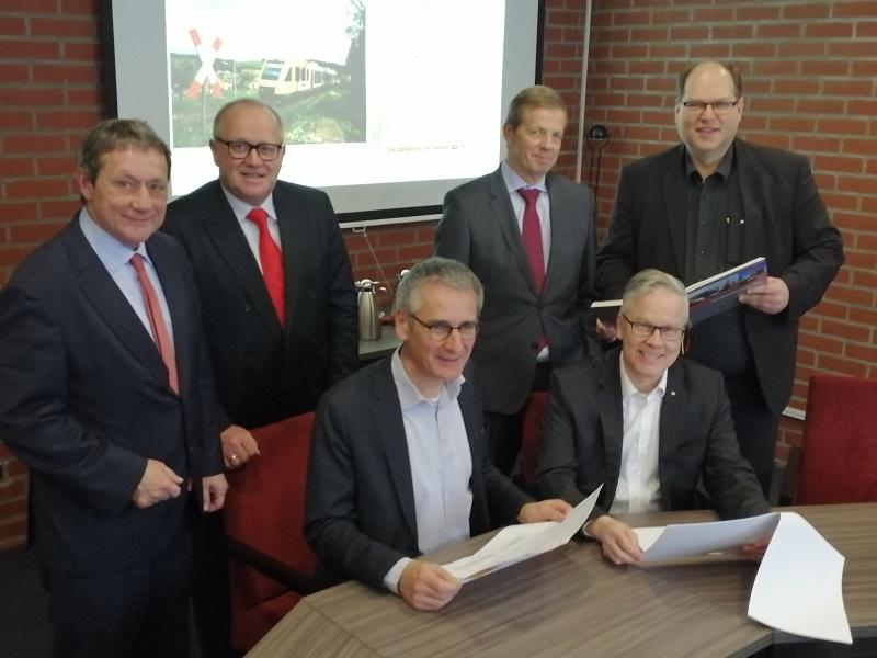 Große Runde bei der Präsentation des neuen Fahrplans (hinten von links): Achim Schwickert, Dr. Peter Enders, Veit Salzmann, Thorsten Müller, sitzend von links: Hendrik Hering, Dr. Klaus Vornhusen. (Foto: hak)