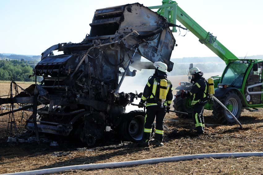 Ballenpresse brannte: Kleiner Flächenbrand breitet sich aus