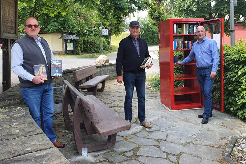 Von links: Hans Dieter Geiger, Rolf Kahmann und Martin Buchholz bei der Inbetriebnahme des neuen Bücherschranks. Foto: Ortsgemeinde Windhagen