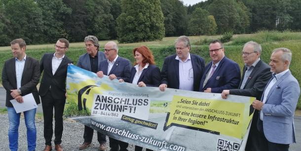 Ausbau der B 8 l�uft: Staatssekret�r Andy Becht besichtigte Bauma�nahme