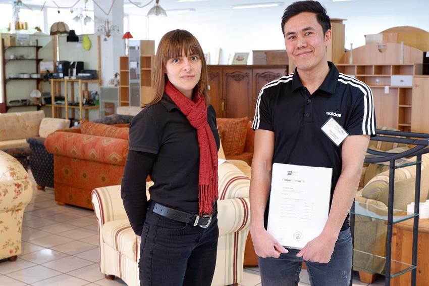 Hayat Behsody (hier mit Frau Nowak) hat nach vielen Schicksalsschlägen erfolgreich seine Ausbildung absolviert. (Foto: Katrin Bosch)