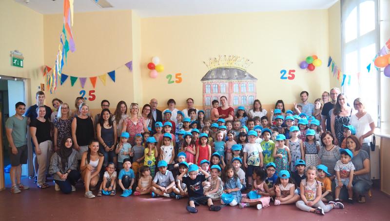 """Kinder und Mitarbeiter feierten das 25. Jubiläum des """"Haus des Kindes"""". Bürgermeister Kessler gratulierte. Foto: Privat"""