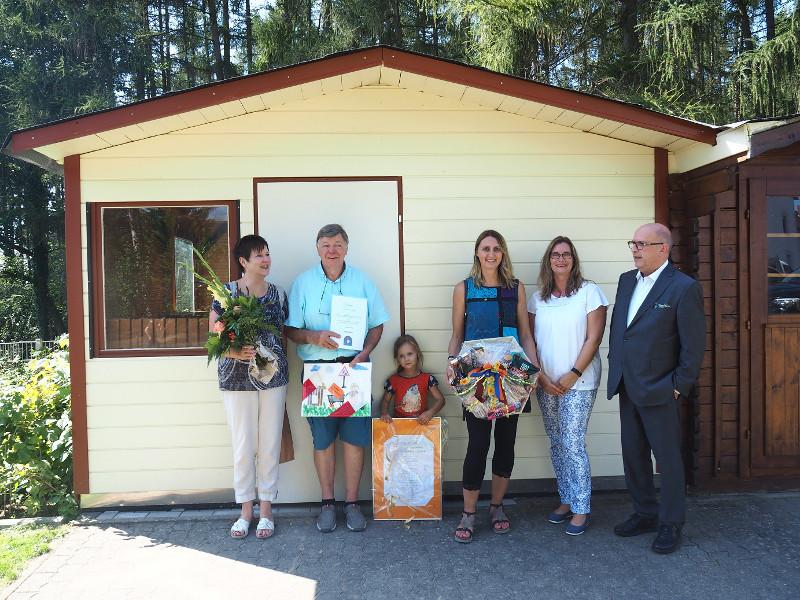 Bürgermeister Kessler und Jessica Kantz bedankten sich bei Josef Zils und seiner Familie für den Einsatz. Foto: Stadt Bendorf