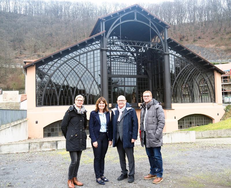 Mechthild Heil (2.v.l.) ließ sich von Steffi Zurmühlen, Michael Kessler und Werner Prümm über das Denkmalareal Sayner Hütte führen. Foto: Stadt Bendorf