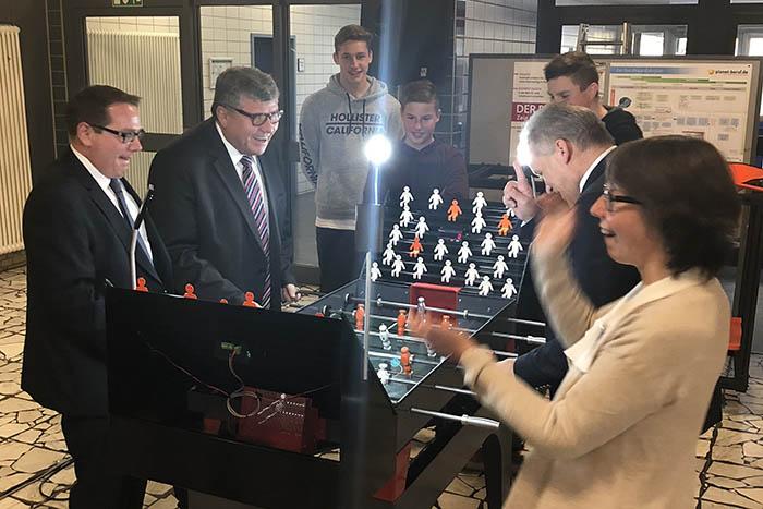 Nutzte den Besuch auch für einen kleinen sportlichen Wettkampf: Thomas Linnertz, Präsident der Aufsichts- und Dienstleistungsdirektion (links). Foto: privat